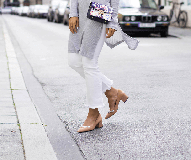 CROPPED-JEANS, PUMPS WITH PEARLS & STATEMENT BAG