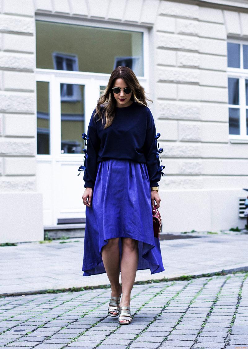 Outfit_Jeans_Midirock_Pullover_mit_Schleifen_und_metallic_heels