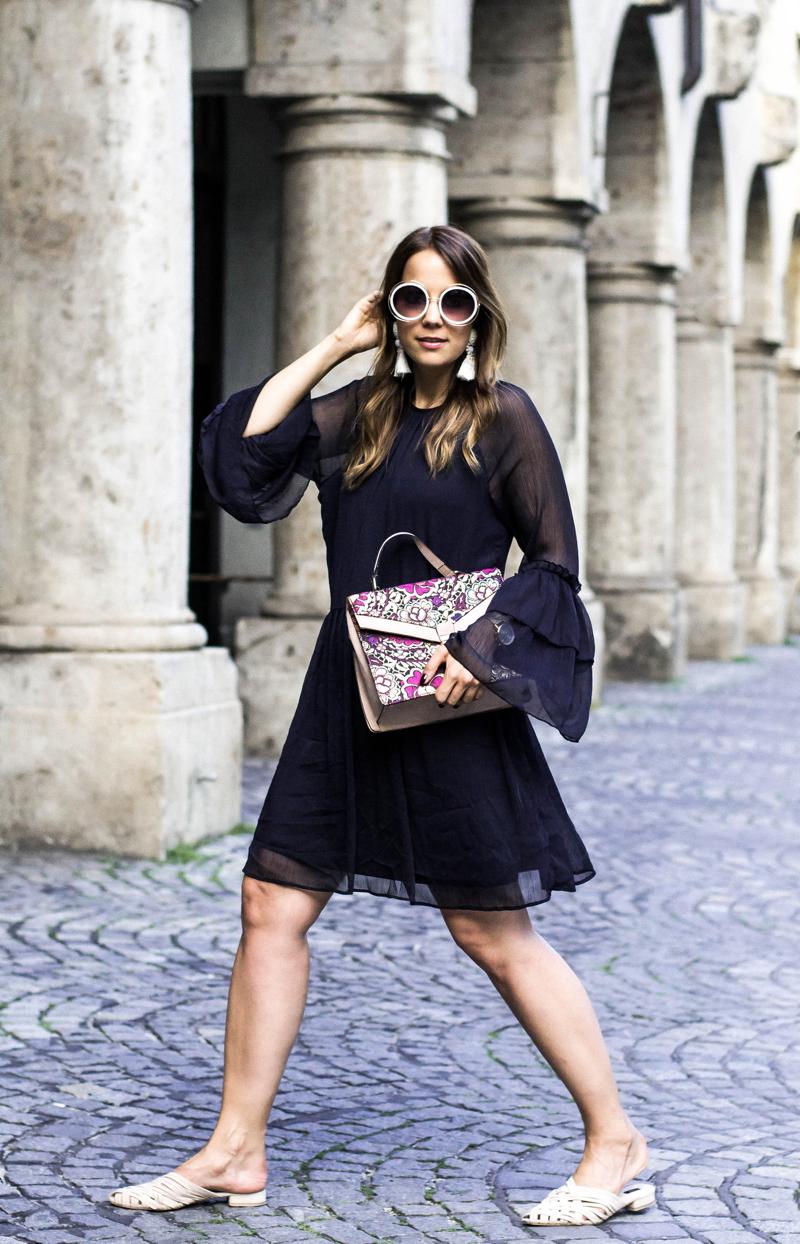 Mein_perfekter_Wochenendlook_für_den_Sommer_Sommerkleid_Mules_und_Statement_Tasche_Outfit_Inspiration
